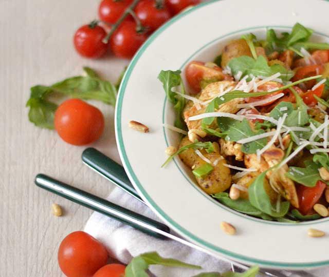Gebakken gnocchi met pesto en kip