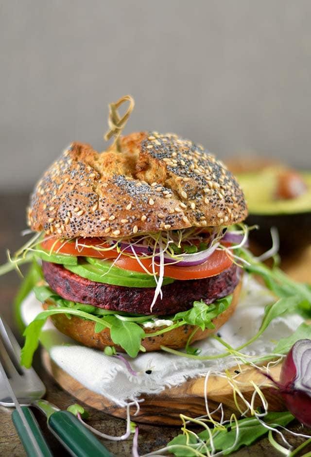 Vegetarische bietenburger met avocado