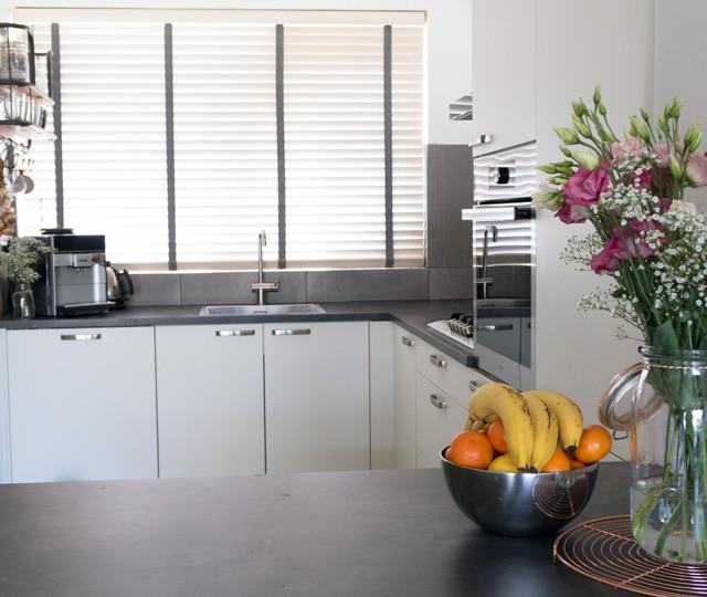 Een foto van het vooraanzicht van de nieuwe keuken