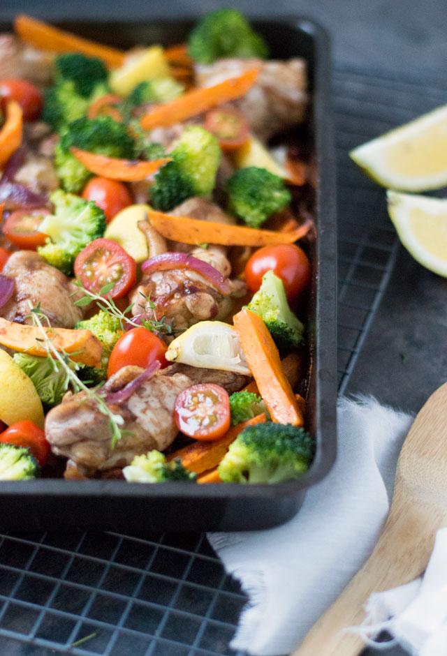 Zoete aardappel, kip en groente uit de oven