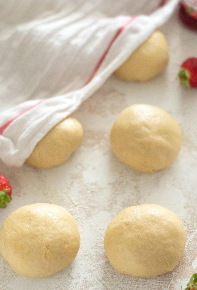 Bereiding zachte vlechtbroodjes met aardbei