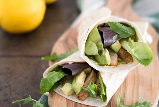 Heerlijke wraps voor de lunch of het diner gevuld met avocado, sla en kip