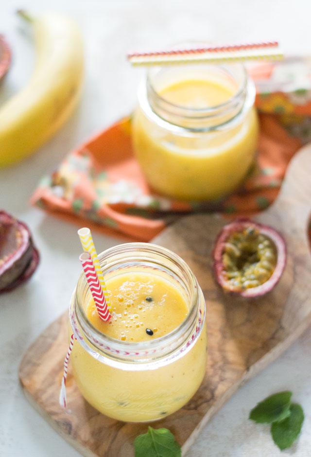 Tropische smoothie met mango en passievrucht