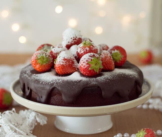 Chocoladetaart met ganache en aardbeien erop