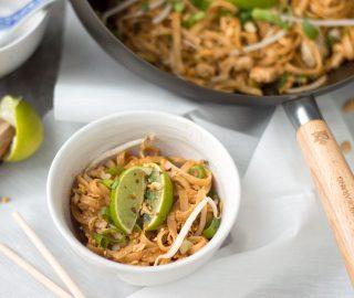 Pad Thai met kip in kom