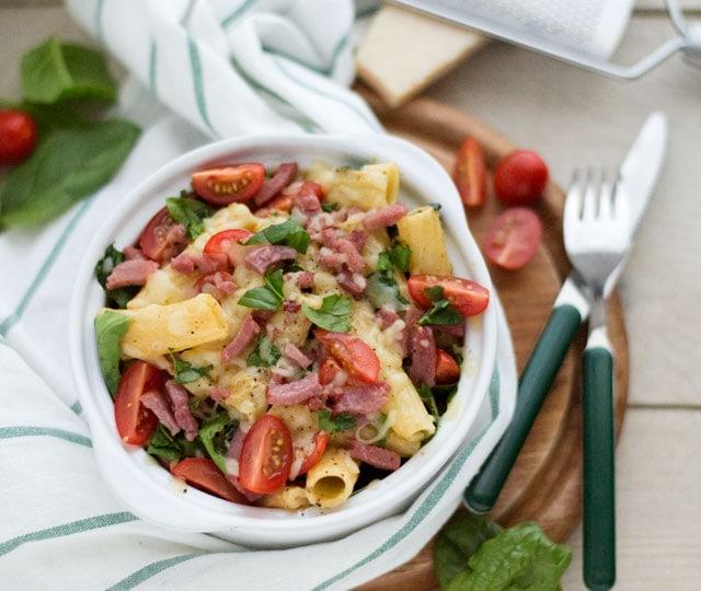 Pasta ovenschotel spinazie, tomaat en kalkoenspekjes
