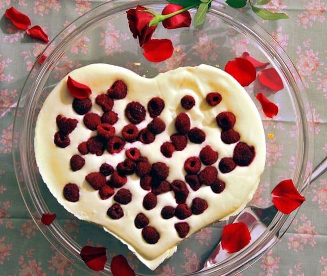 Valentijn recept: Valentijnstaart van witte chocolade en frambozen