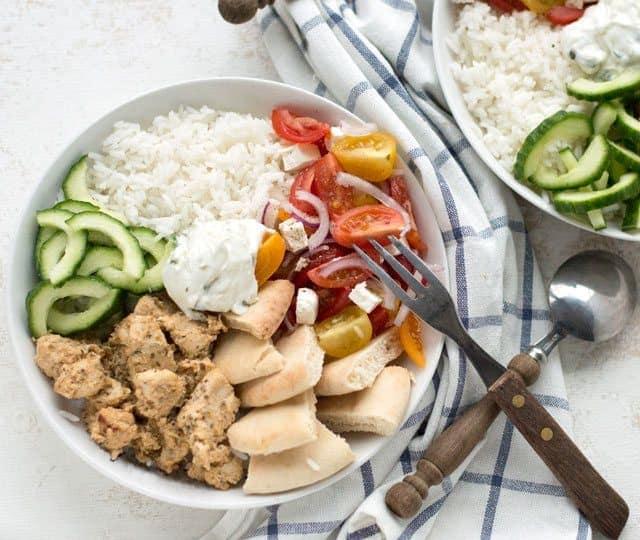 Griekse bowl met kip, rijst, groenten en pita