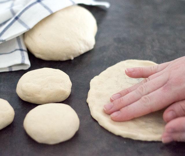 Naanbrood kneden