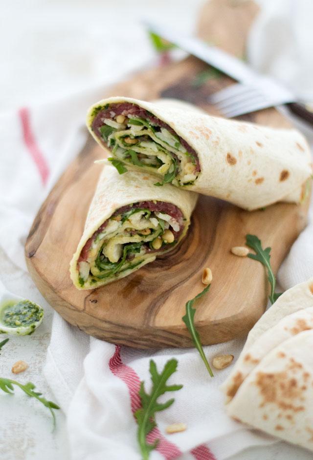 Carpaccio wrap, een heerlijke verrassende lunch. Wraps met (zelfgemaakte) groene pesto, carpaccio, Parmezaanse kaas en verse, knapperige rucola. Heerlijk!