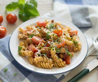 Pasta met zongedroogde tomaat en kip en verse basilicum