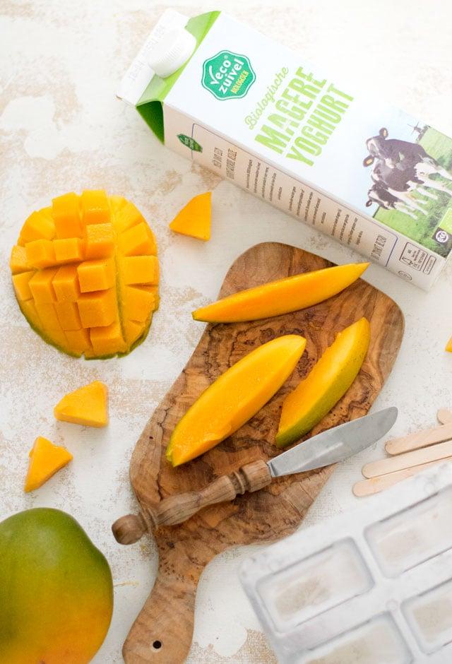 Ingredienten mango en yoghurt ijsjes