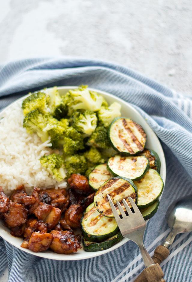Plakkerige kip met groenten en rijst