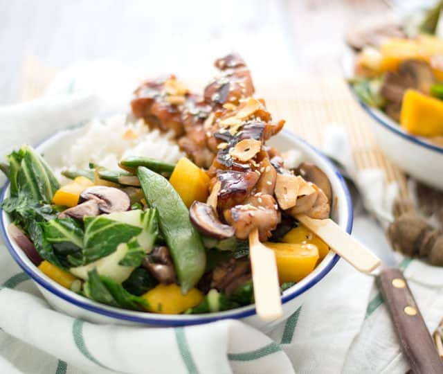 Kipspiesjes met mango en groenten uit de wok