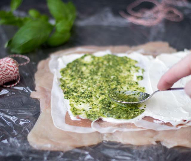 Vul de kiprollade met prosciutto, roomkaas en pesto