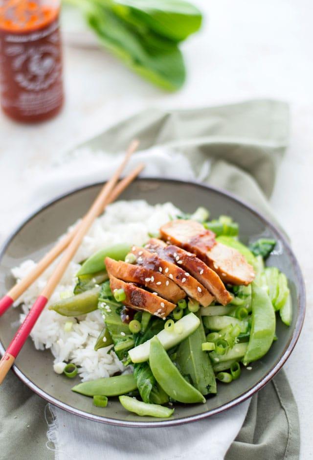 Kip met hoisin saus en groene groenten en rijst uit de wok