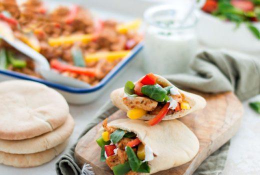 Gezonde pita's met kip, groenten en een yoghurtsausje