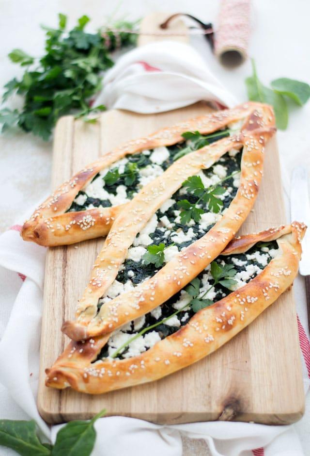 Zelfgemaakte Turkse pide met spinazie en feta