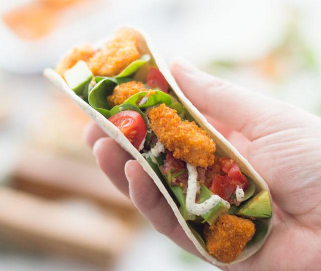 Wrap met krokante kip in de hand