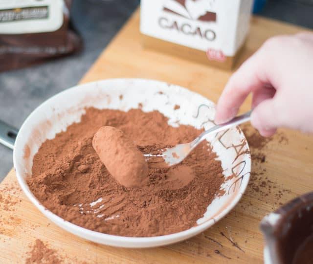 Slagroomtruffels in de cacao rollen