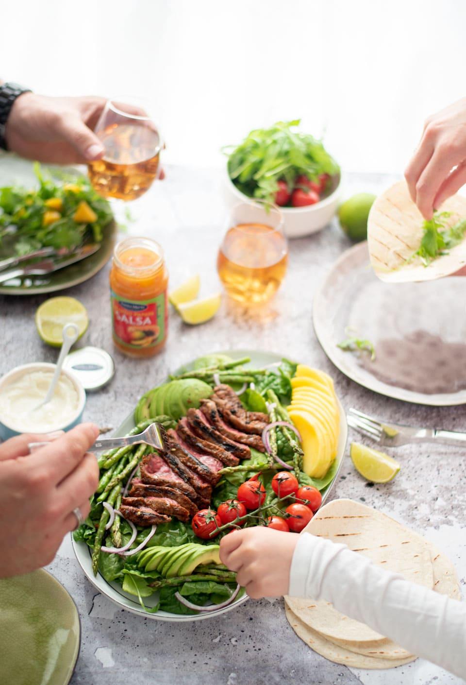 Salade met biefstuk van de grill of BBQ