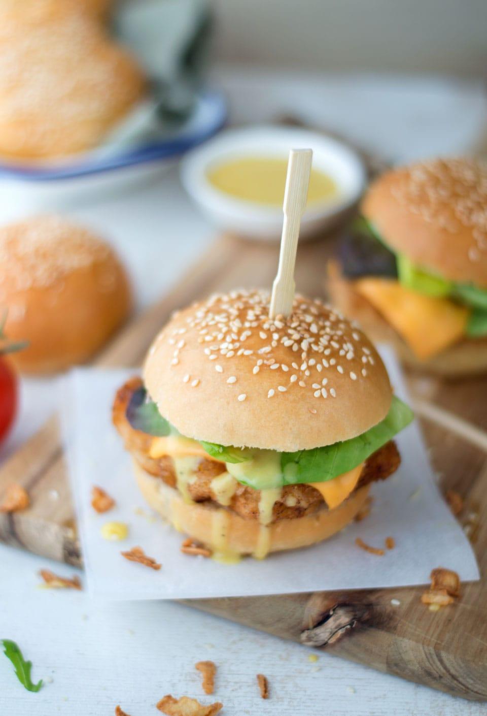 Zelf een krokante kipburger maken met honing mosterdsaus