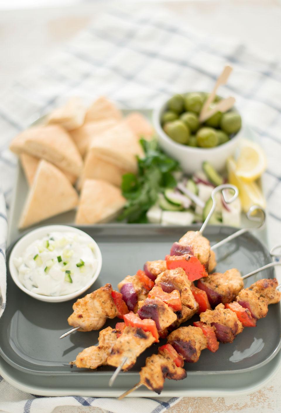 Griekse gemarineerde kipspiesjes van de BBQ