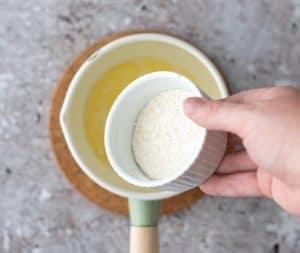 Bereidingsfoto 2 - zelf worstenbroodjes maken - voeg de bloem toe