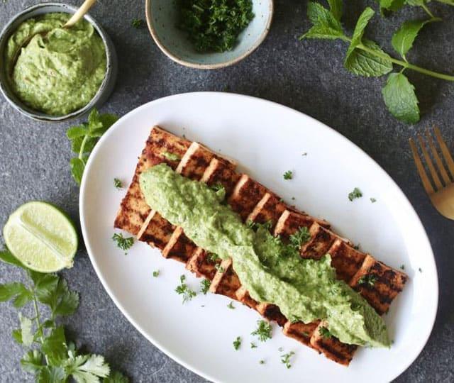 Gegrilde tofu met avocado chimichurri