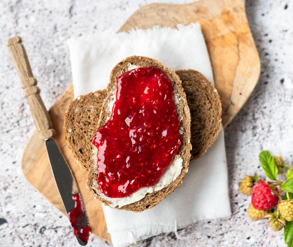 Broodje met zelfgemaakte frambozenjam