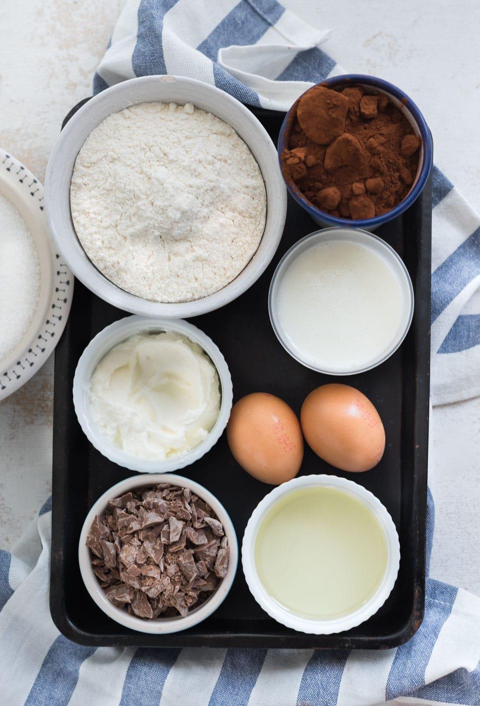 Ingredienten voor een chocolade plaaatcake