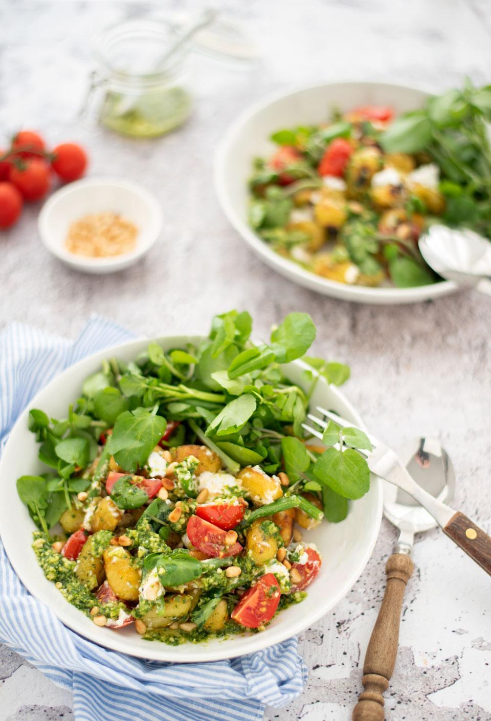 Vegetarische gnocchi met groenten, pesto en geitenkaas