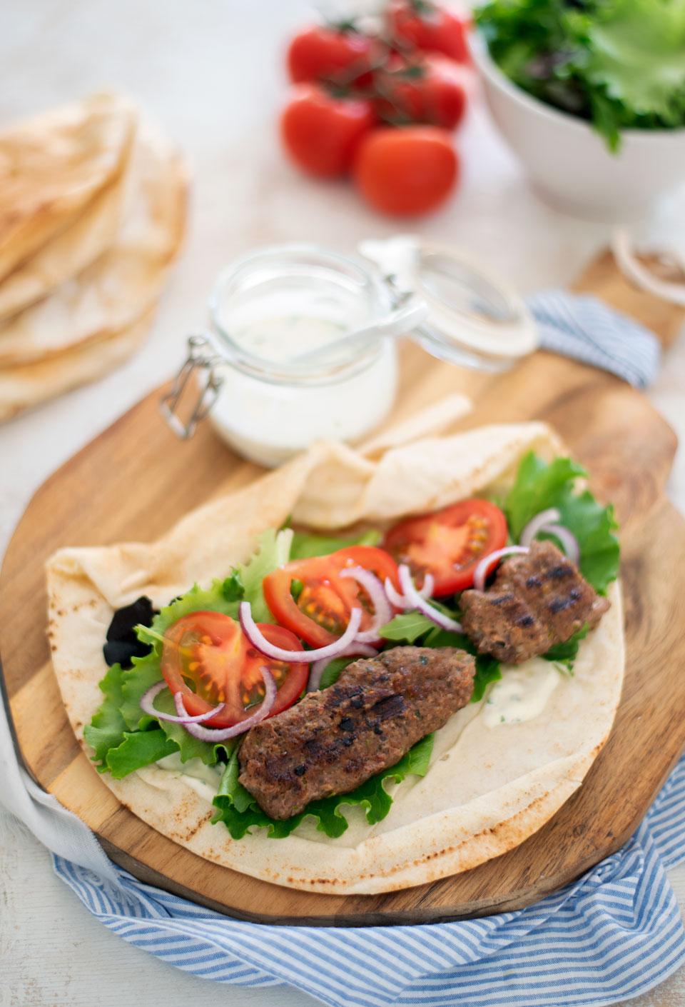 Wraps met kofte gehakt, salade en een frisse knoflooksaus