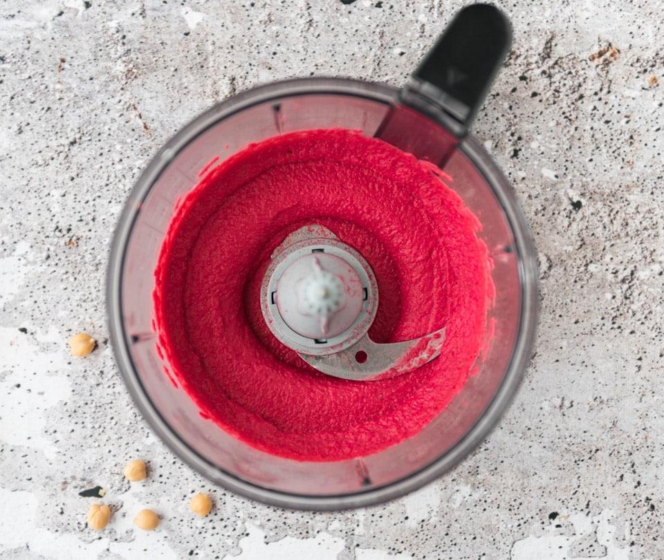 Zelf hummus met rode biet maken