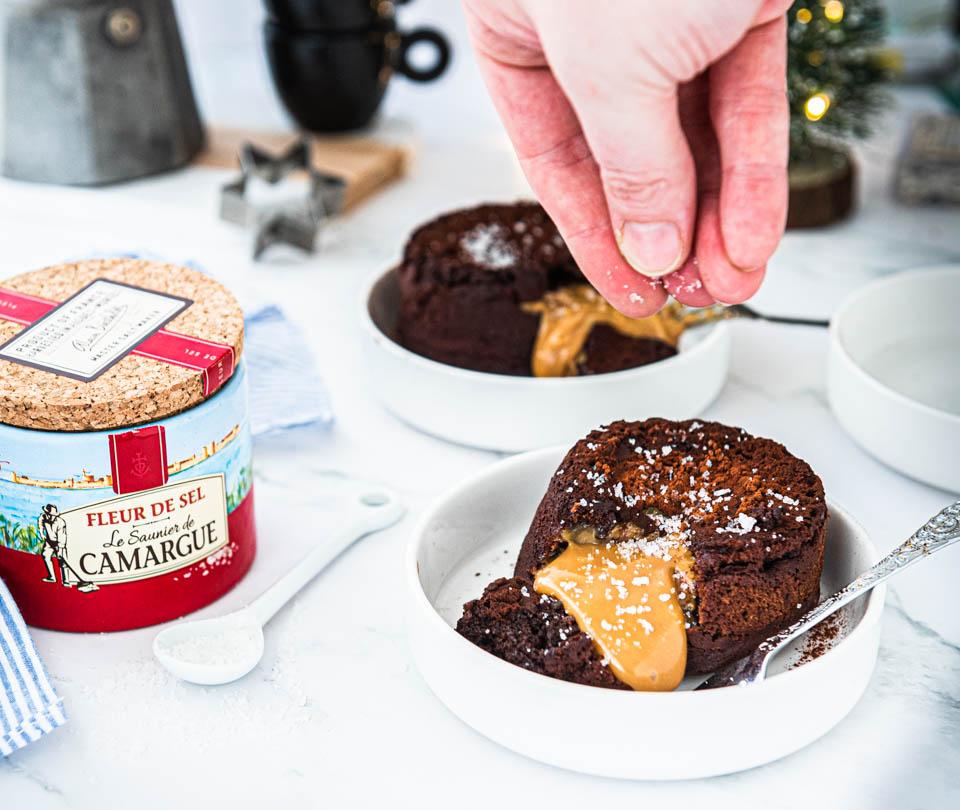 Toetje caramel lava cake met zeezout