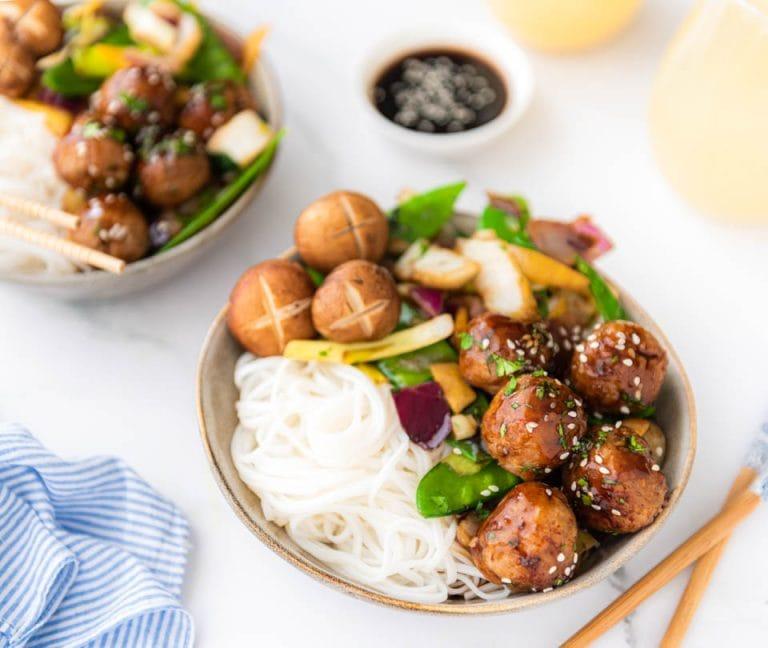 Wokgerecht met groenten, noedels en kipgehaktballetjes