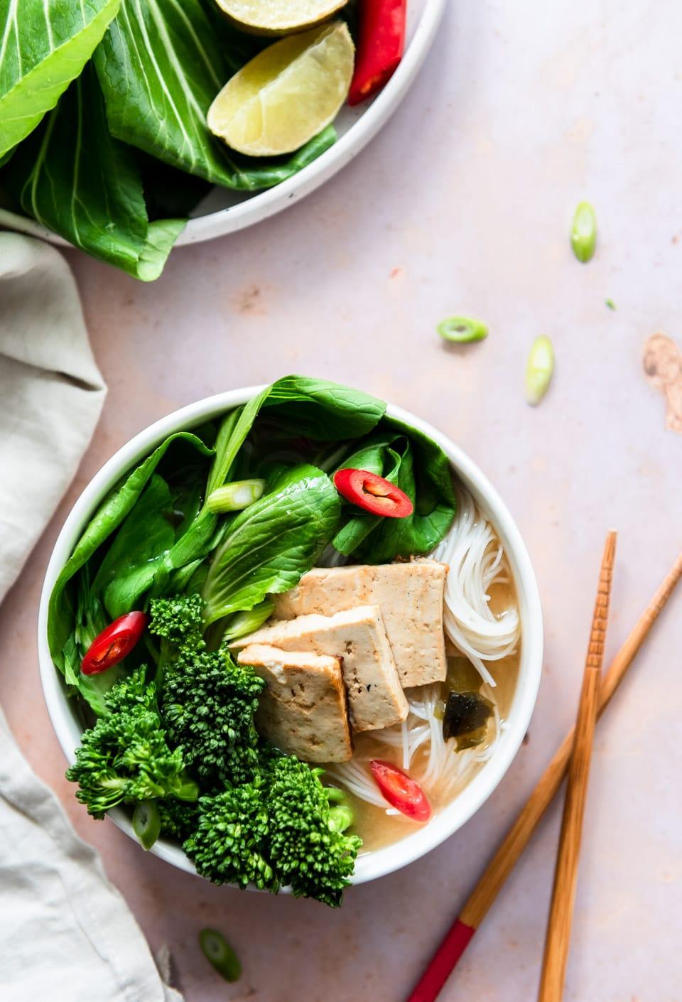 Vegan noedelsoep met gebakken tofu