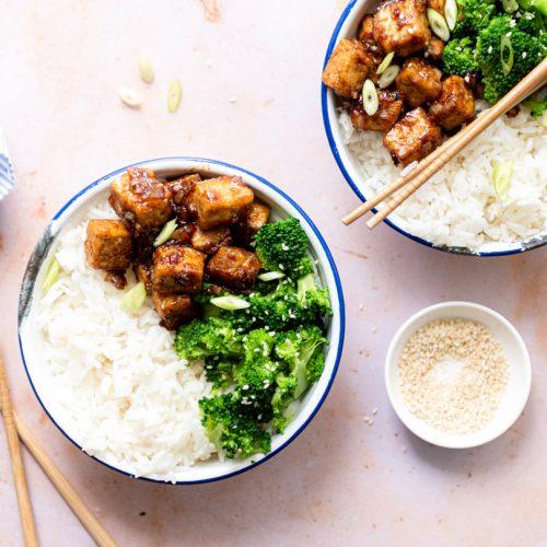 Sticky tofu, broccoli en rijst bowl