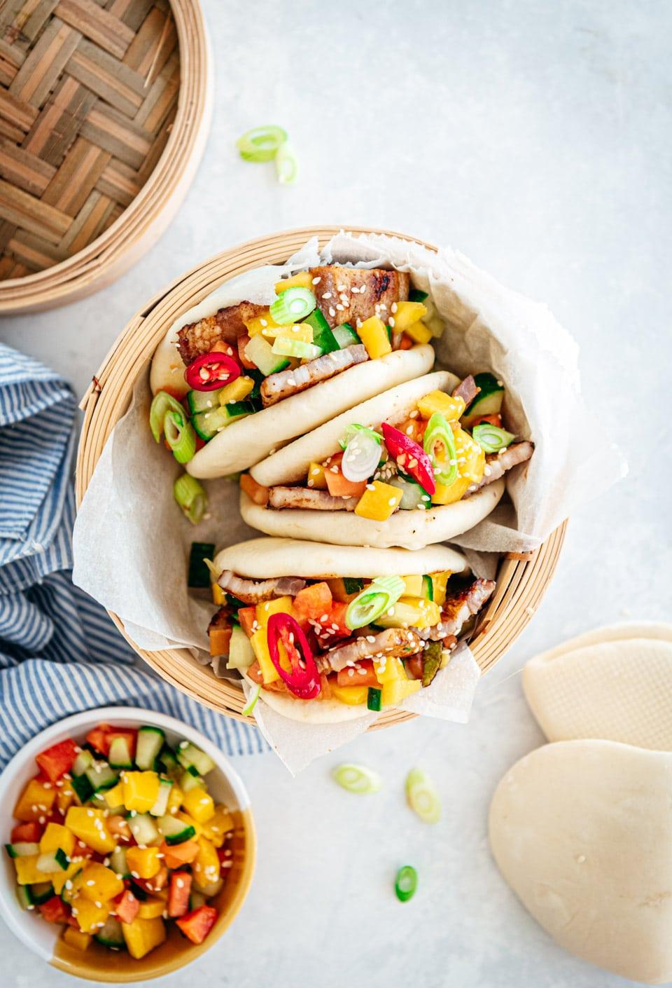 Bao buns (stoombroodjes) met buikspek en een fruit salsa