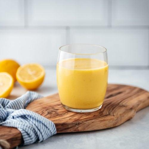 Gele smoothie met kurkuma