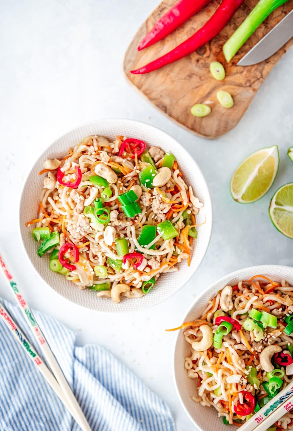 Noedels met kip en groenten en uit de wok recept