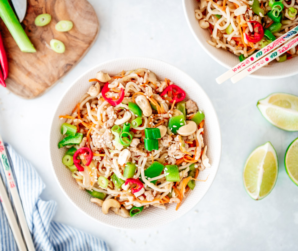 Noedels met kip en groenten en uit de wok