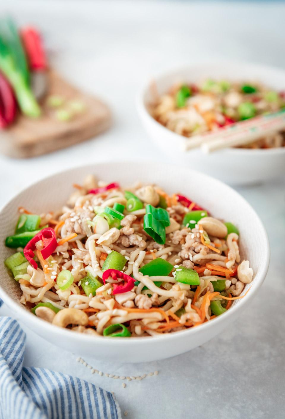 Snelle wokmaaltijd- noedels met kip en groenten en uit de wok
