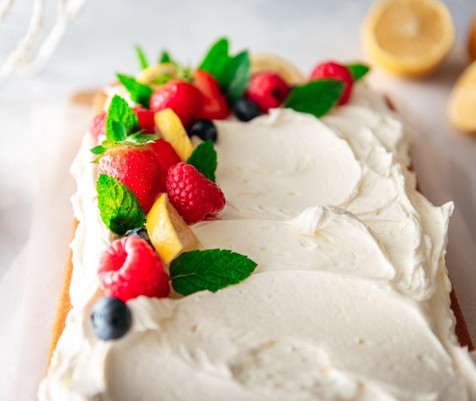 Vegan citroencake met botercreme en vers fruit ter decoratie