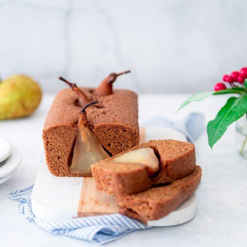 Kruidcake met gepocheerde peer
