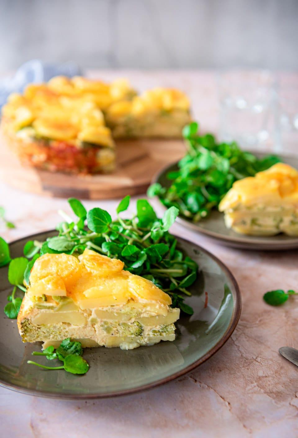 Vegetarische maaltijd, hartige taart met broccoli en aardappel