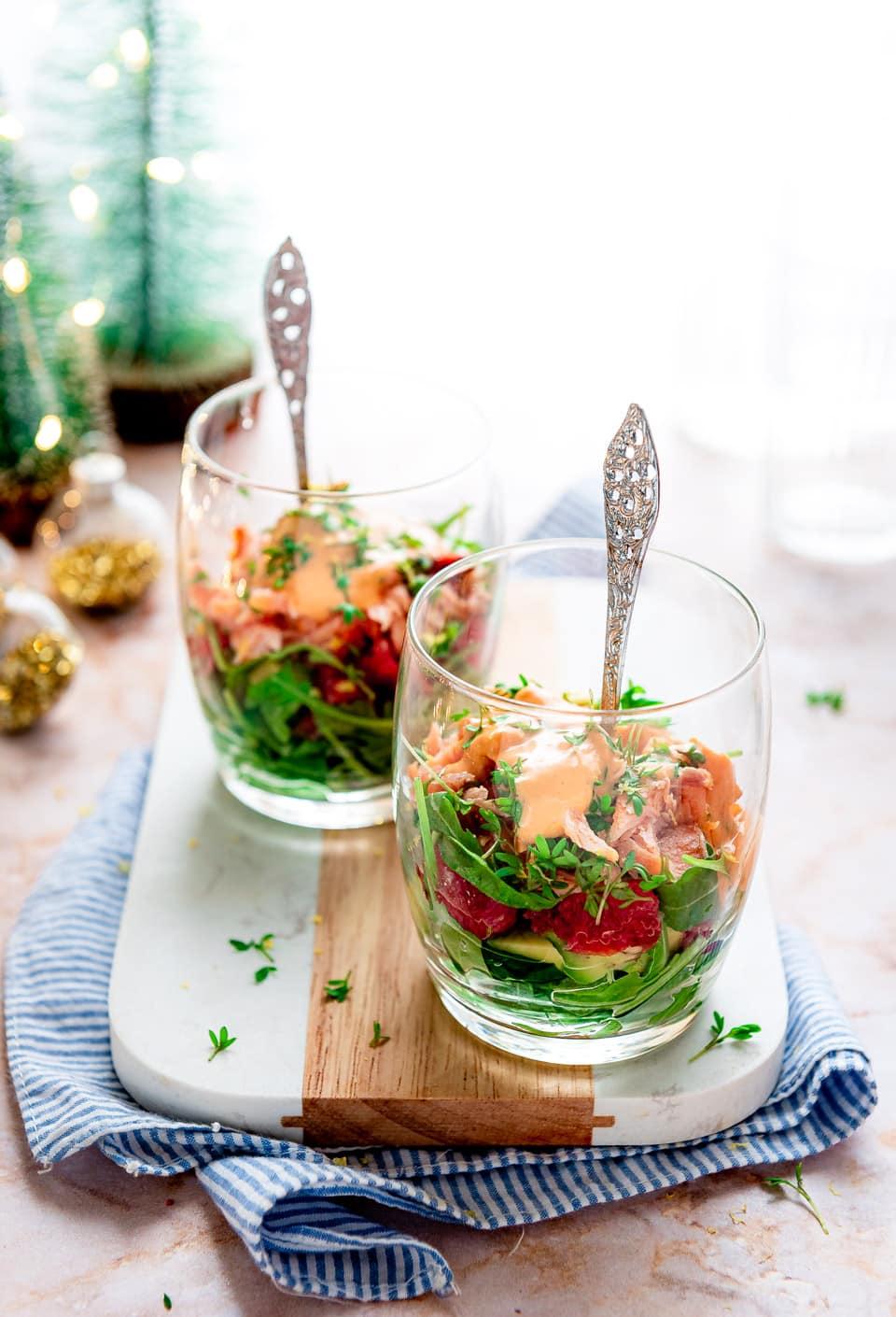 Voorgerecht met warmgerookte zalm, avocado en grapefruit