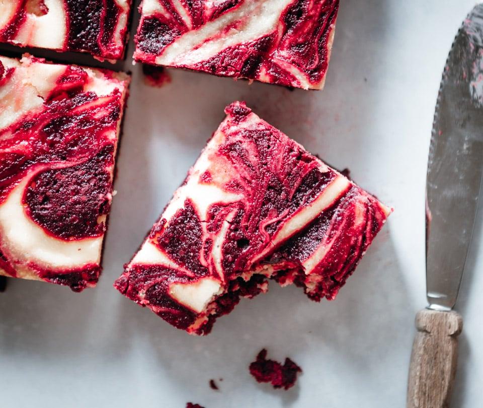 Een stukje red velvet cheesecake brownies