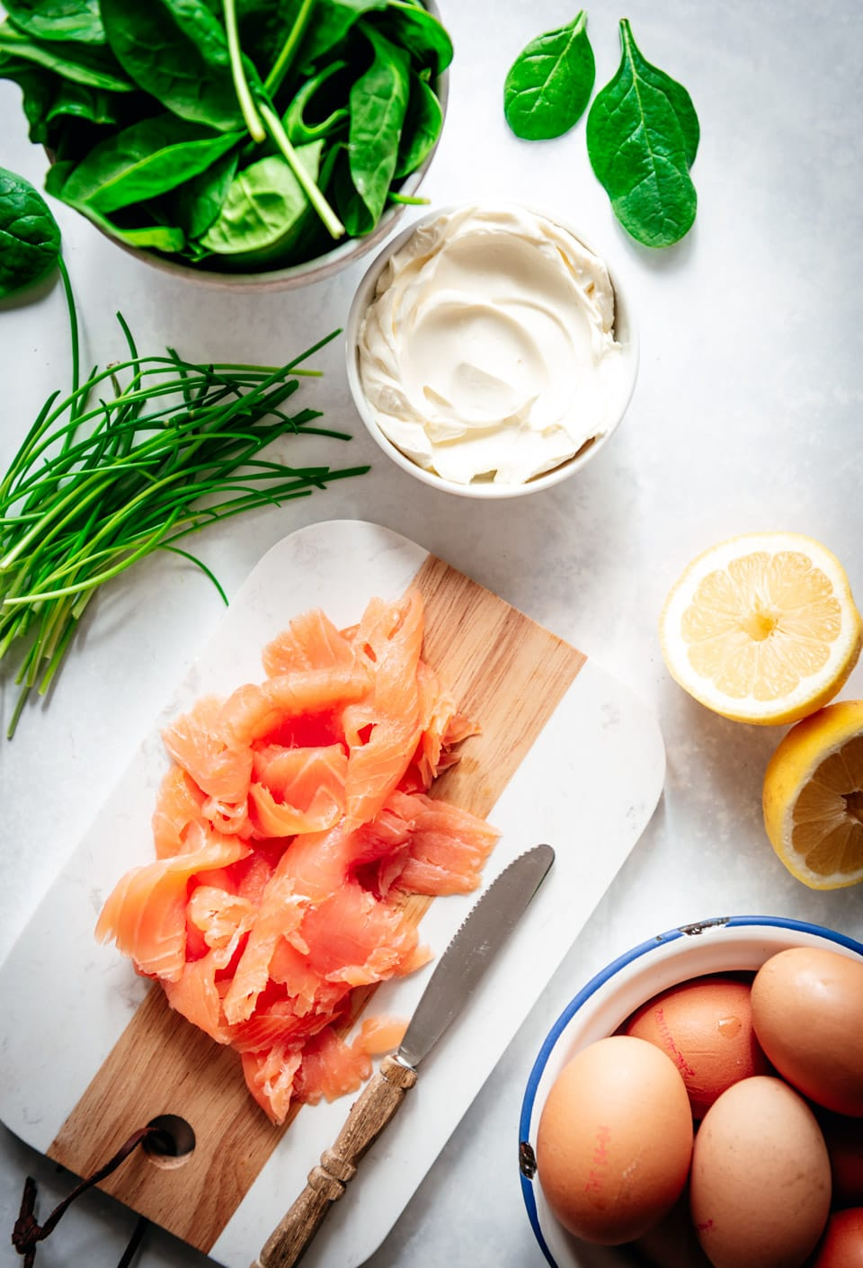 Ingrediënten omelet wrap met zalm