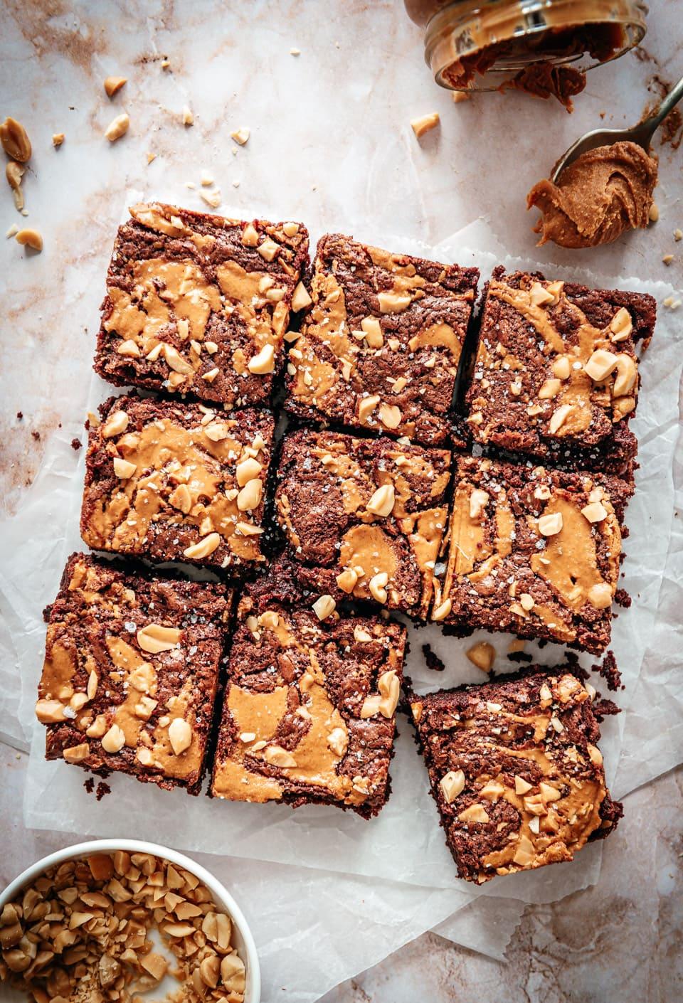 Brownies met pindakaas en pinda's